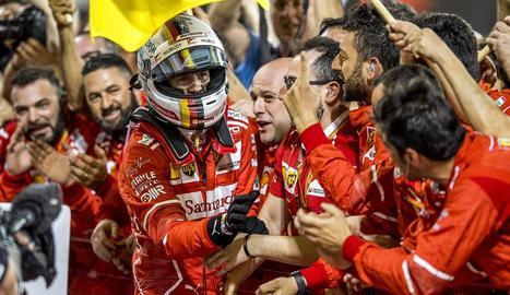 Sebastian Vettel celebra la victòria d'ahir a Bahrain amb els components del seu equip.