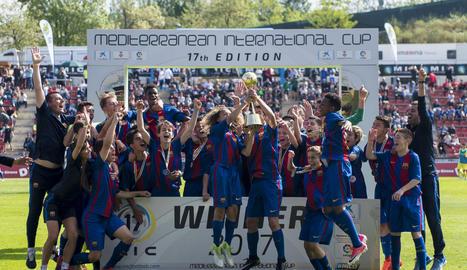 L'equip infantil blaugrana, amb el trofeu de campió del MIC.