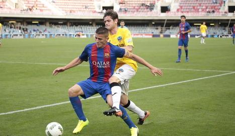 Xavi Quintillà intenta recuperar la pilota davant el blaugrana Alfaro.