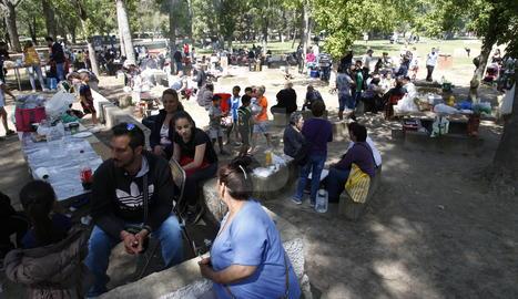 Els lleidatans celebren la Mona a l'aire lliure