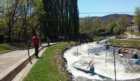 Visitants i aficionats al piragüisme, ahir al Parc del Segre de la Seu d'Urgell.