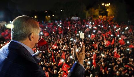 El president Recep Tayyip Erdogan saluda els seus seguidors al conèixer-se els primers resultats.