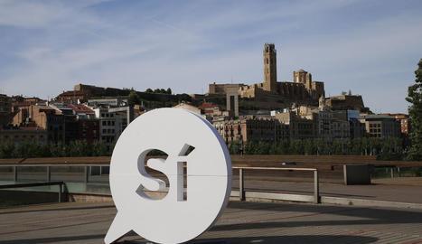 Imatge del 'sí' gegant aparegut aquest diumenge en favor de la independència a Lleida.