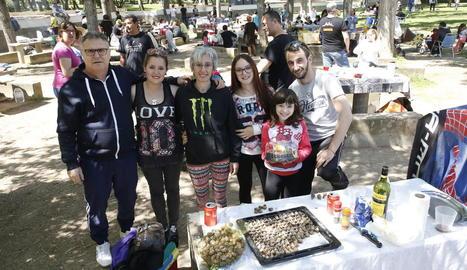 Una de les famílies que ahir van celebrar Dilluns de Pasqua al parc de les Basses.