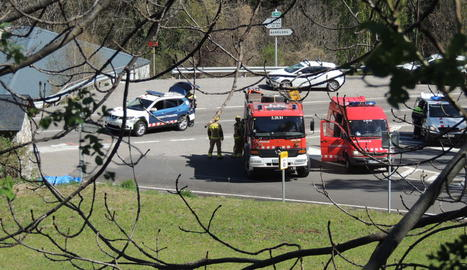Els serveis d'emergència al lloc de l'accident, a Erill la Vall.