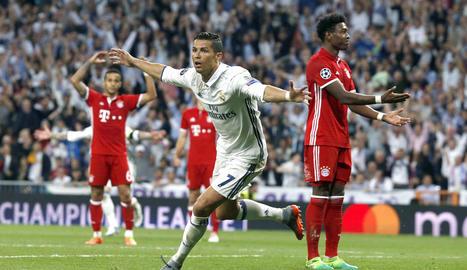 Cristiano Ronaldo celebra el segon gol de l'equip madridista que no havia d'haver pujat al marcador per fora de joc del lusità.