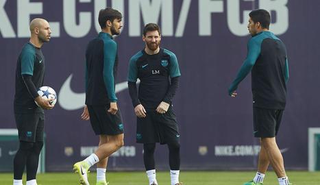 Mascherano, André Gomes i Messi durant l'entrenament blaugrana ahir a la Ciutat Esportiva.