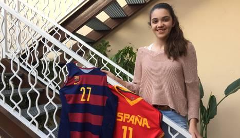 Mariona posa al seu domicili de Bellpuig amb les samarretes del Barça i la selecció espanyola