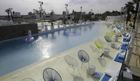 Les instal·lacions de la discoteca Biloba, a l'esquerra, i un detall de The Hill Summer Nights.