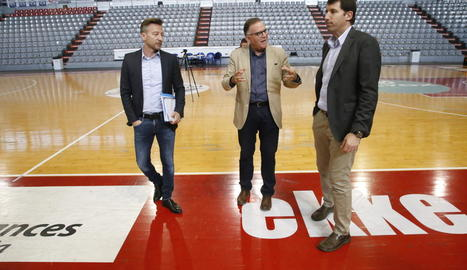 Rafa Carpi, coordinador d'Esports de la Paeria, Lluís Ferrer i O'Callaghan, revisant ahir el pavelló.