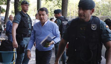 La Guàrdia Civil va escorcollar ahir el despatx de l'expresident madrileny, al centre de la imatge.