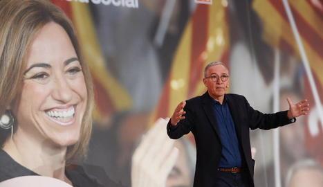 Un emocionat Javier Sardà va ser l'encarregat de conduir l'acte d'homenatge a Carme Chacón.