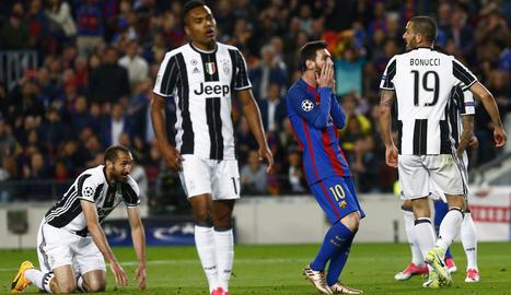 Luis Suárez i Leo Messi es lamenten de la mala sort que ahir va tenir l'equip blaugrana, igual que va passar en el partit d'anada disputat a Torí.