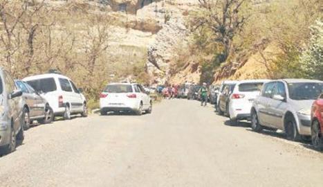 Imatge de dissabte passat amb els vehicles envaint els dos costats del camí.