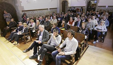 Josep Maria Espinàs, Joan Reñé, Juan Cal i Roser Banyeres van presentar ahir a l'IEI el llibre de SEGRE 'El Pirineu fa 60 anys'.