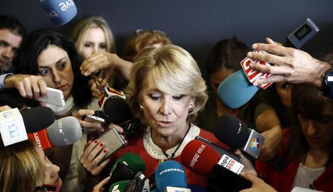 Aguirre, clarament emocionada, respon a la premsa després de declarar davant el jutge pel 'cas Gürtel'.