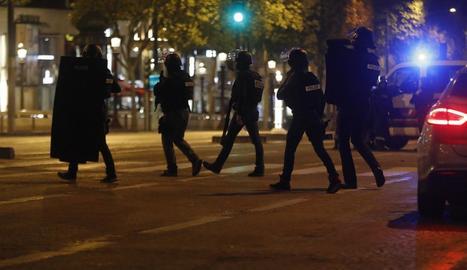 Agents de la policia, desplegats ahir a la nit a la zona de l'atemptat a París.
