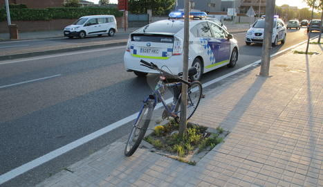 La bicicleta del ciclista atropellat a Rovira Roure.