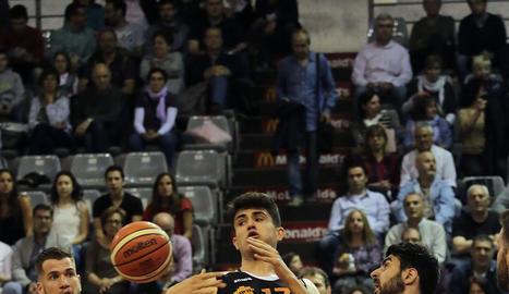 Nemanja Mitrovic lluita per un rebot amb el lleidatà Marc Martí.