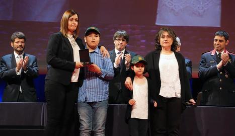 Les esposes i els dos fills dels rurals assassinats Xavier Ribes i David Iglesias, ahir en l'acte d'homenatge a Barcelona.