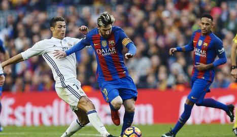 Messi pugna amb Cristiano durant un clàssic, amb Neymar observant l'escena des del darrere.