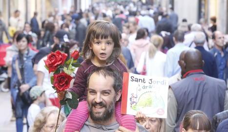 L'ambient de Sant Jordi ja era present dissabte.