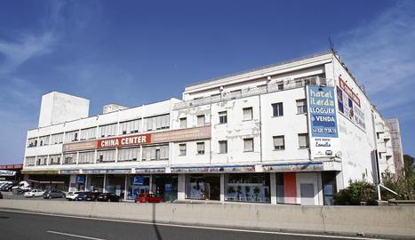 Hotel ■ L'Ilerda, que tenia cent habitacions, va tancar ja fa alguns anys i la façana de l'edifici està visiblement deteriorada. La fitxa de l'oferta no detalla si la venda inclou també la planta baixa de l'immoble, que actualment acull un gran basar xinès.