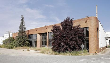 Fàbrica. Joyco, el nom inicial del qual va ser General de Confiteria, era una de les empreses més emblemàtiques d'Alcarràs i del Segrià, ja que donava ocupació a més de 200 persones. El 2004 va ser venuda a l'empresa nord-americana Wrigley, que la va tancar al cap de poc més d'un any.