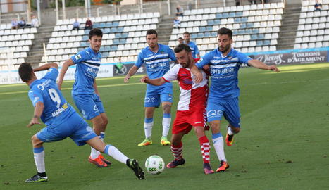 Diversos jugadors del Lleida envolten un futbolista del Sabadell, en una acció del partit d'ahir al Camp d'Esports.