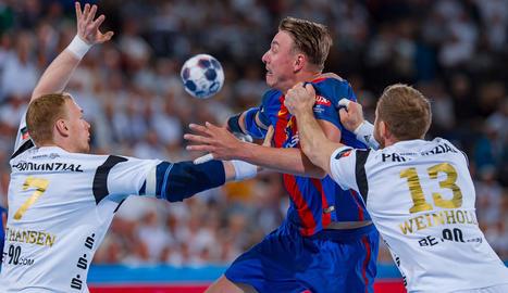 Un jugador del Kiel agafa per la samarreta Jicha en una jugada.