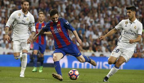 Messi és felicitat per Rakitic, l'altre golejador ahir a la nit del Barça, mentre Luis Suárez es dirigeix també a la celebració.