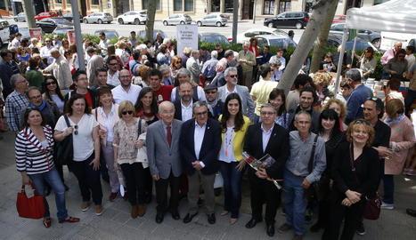 El ja tradicional vermut literari de la llibreria Punt de Llibre va congregar escriptors, editors i polítics a la rambla d'Aragó.