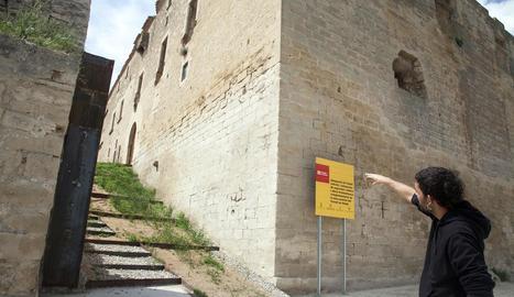 L'alcalde de Maldà, Sebastià Mata, mostra el nou accés al castell.