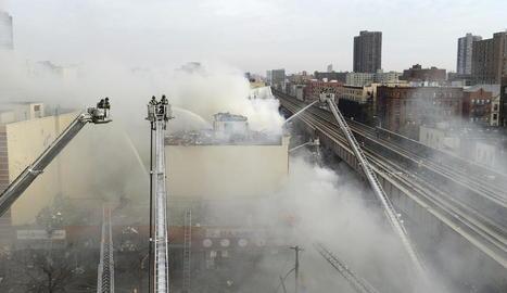Imatge de les tasques d'extinció de l'incendi a Nova York.
