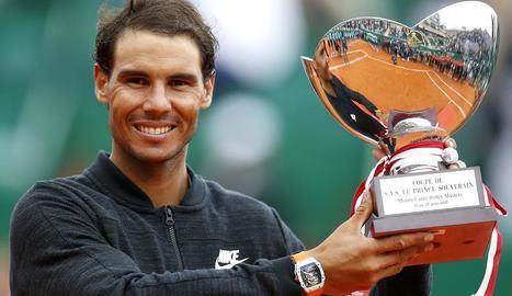 Nadal amb el trofeu del torneig que l'acredita com a campió.
