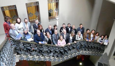 Fotografia de grup amb els representants dels ajuntaments pioners.
