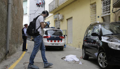 Agents dels Mossos d'Esquadra, prenent proves al lloc dels fets, ahir, al carrer Sinoga d'Aitona.
