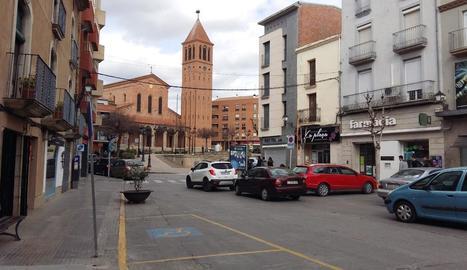 La plaça Manuel Bertrand i, al fons, la de l'Ajuntament.