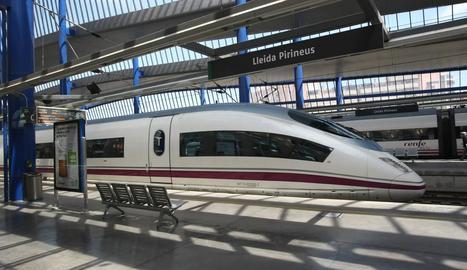 Imatge d'arxiu d'un tren AVE aturat a l'estació de Lleida-Pirineus.