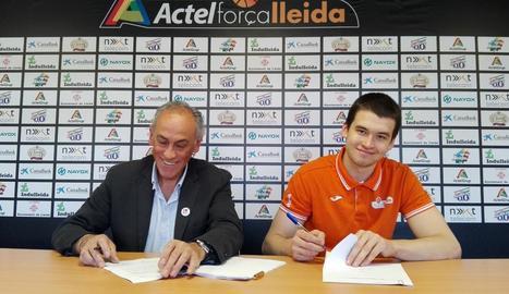 Hermet i el president del Força Lleida, Félix González, firmen el nou contracte del pivot estonià.