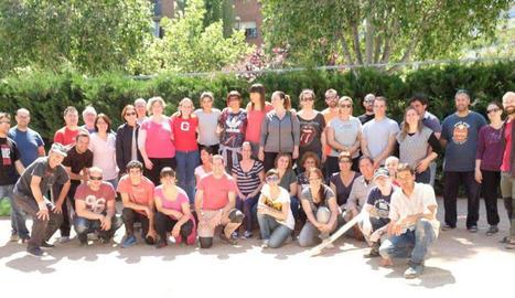 Pares, mares i membres de la comunitat educativa de l'Escola Bressol Municipal la Mitjana.