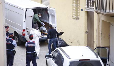 Agents dels Mossos carregant la mercaderia.