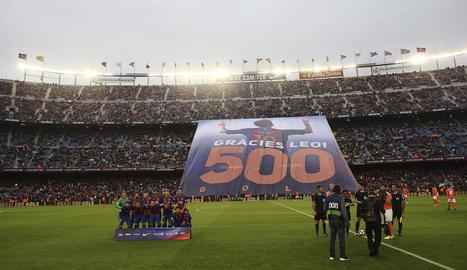 El Camp Nou va desplegar una pancarta d'homenatge a Messi pels seus 500 gols.