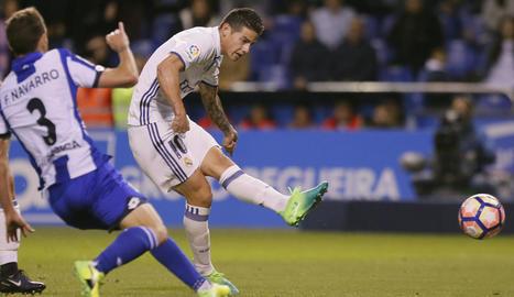 James Rodríguez marca el quart gol per al Madrid davant de Fernando Navarro, jugador del Deportivo.