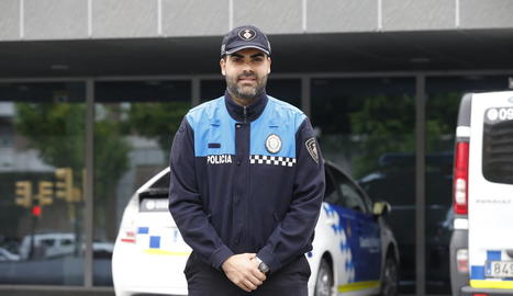 L'agent Luis Abad, ahir davant de les dependències de la Guàrdia Urbana de Lleida.