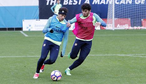 Neymar porta la pilota durant l'entrenament d'ahir del Barça, amb la pluja com a protagonista.