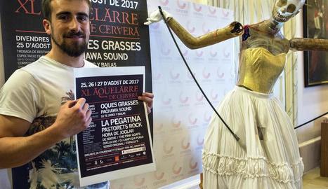 El regidor de l'Aquelarre, amb el cartell de la festa.