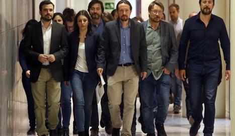 Els membres d'Units Podem, poc abans d'oferir una roda de premsa al Congrés.
