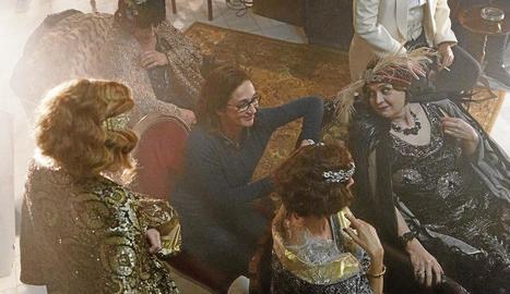 Sílvia Munt, en el centre de la imatge, parlant amb les actrius.