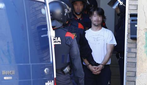Un dels detinguts, ahir a la sortida de l'habitatge de Torre-serona que van escorcollar els Mossos.